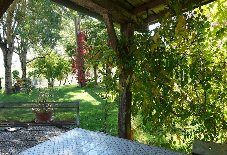 Charming Cottage, Overlooking the Countryside, Pool and Pyrenees, Sempesserre, Property Grounds
