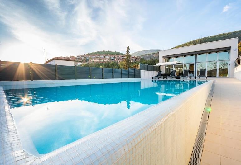 Luxurious Villa. Overflowing Pool 100 Meters From The Beach, سيتجيس, حمام سباحة