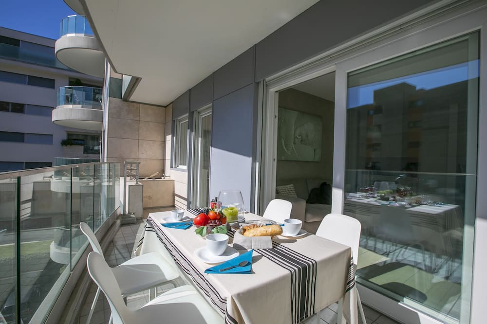 דירה משפחתית, מיטה זוגית וספה נפתחת, אזור הגן (Prestige du Lac 27) - מרפסת