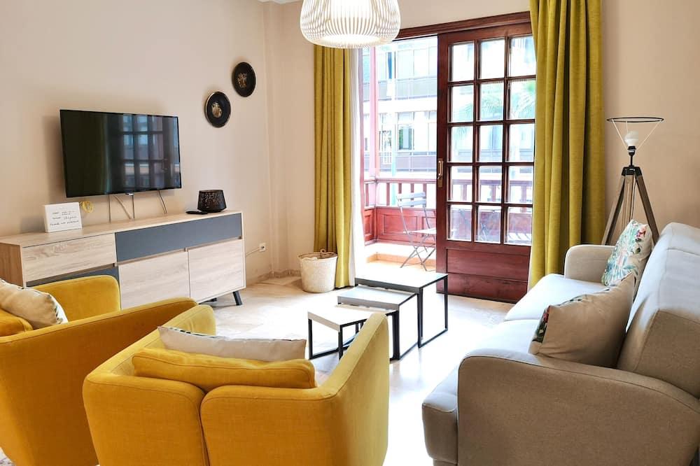 Апартаменти, 2 спальні, з балконом, з видом на місто - Вітальня