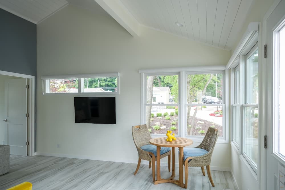 Auburn Cottage - In-Room Dining