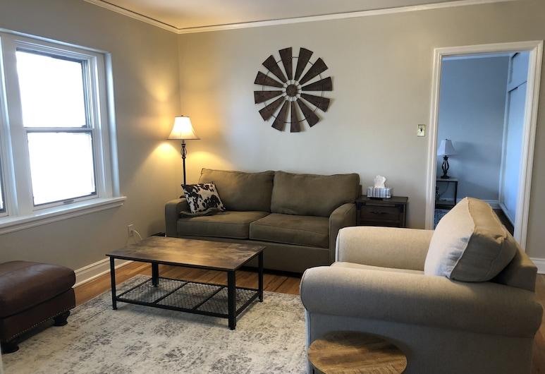 Cozy Historic One Bedroom - King Bed, Laramie, Living Room
