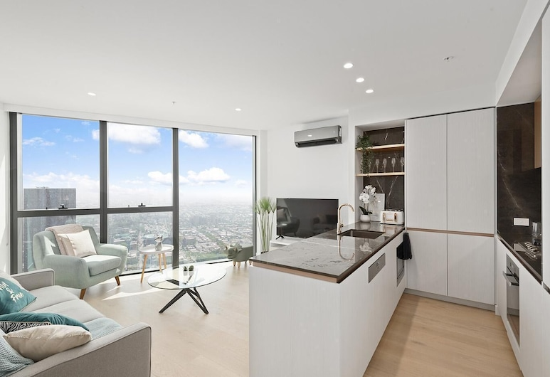 Breathtaking City Views - Luxurious City Living + Free Parking, Melbourne, Living Room