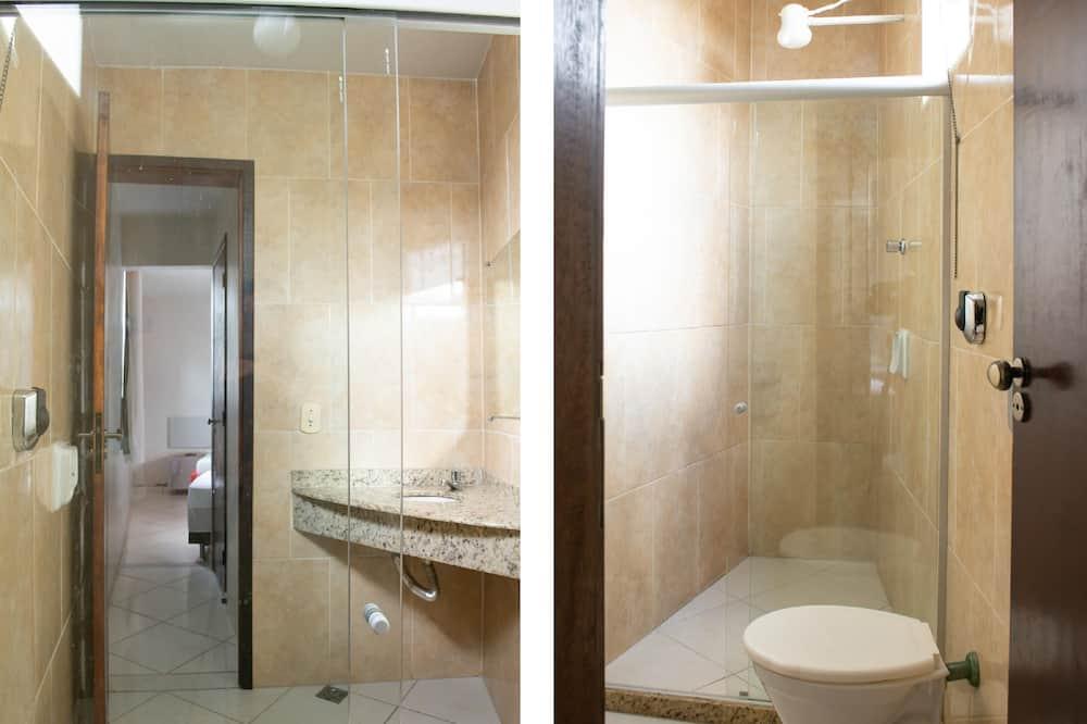 トリプルルーム ベッド (複数台) - バスルーム