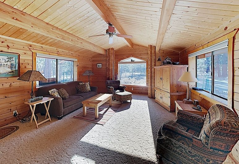 New Listing! Woodsy W/ Private Hot Tub 2 Bedroom Home, Sisters