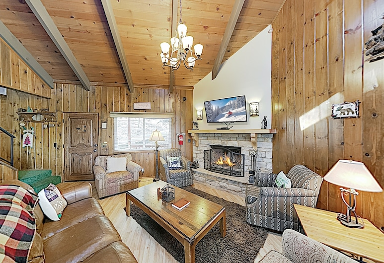 New Listing! Misty Pines : Deck & Game Room 3 Bedroom Home, Lake Arrowhead