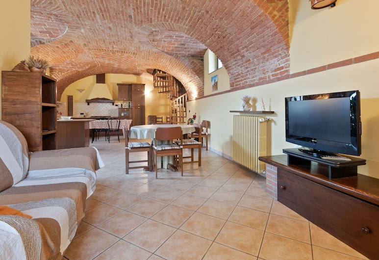 Snug Apartment in Frazione Sessant With Veranda, 阿斯蒂, 客廳