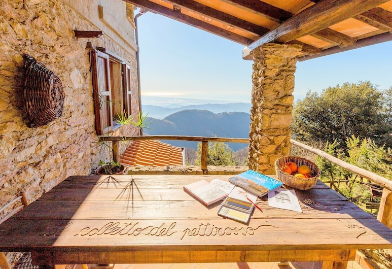 Hill-view Holiday Home in Camaiore With Private Garden, Camaiore, Hus, Balkong
