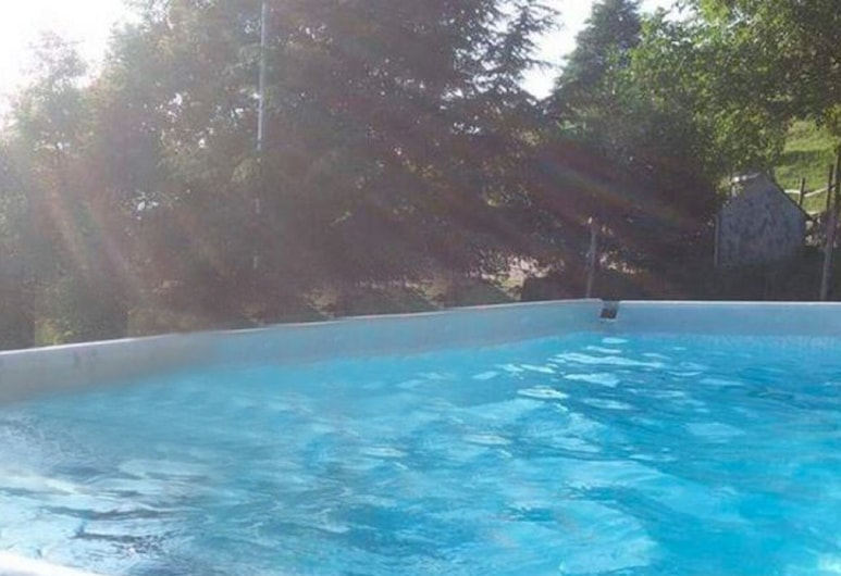 Cosy Holiday Home in Metato With Swimming Pool, Camaiore, Baseinas