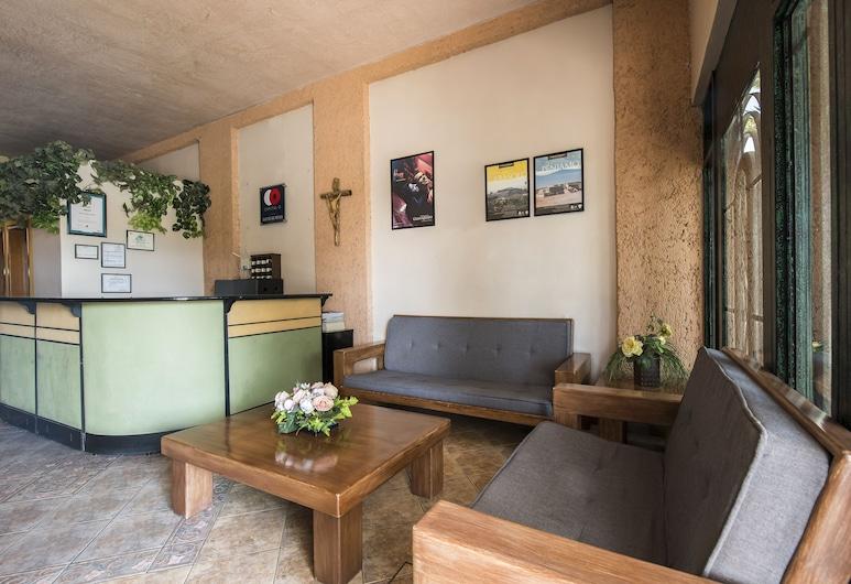 Capital O Suites de Reyes, Irapuato, Sala de estar en el lobby