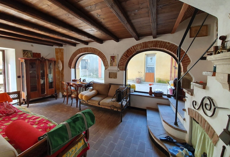 Alluring Holiday Home in Gavi With Garden, Gavi, บ้านพัก, ห้องนั่งเล่น