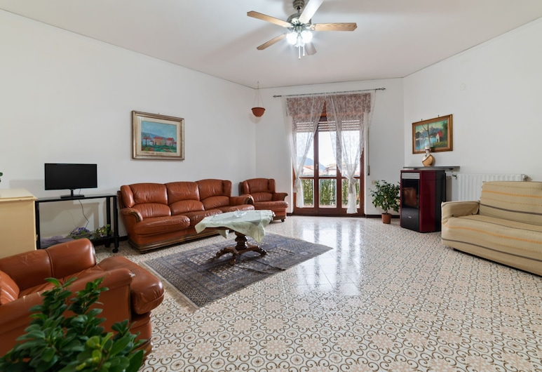 Attractive Apartment in Pimonte With Balcony, Pimonte, Departamento, Sala de estar