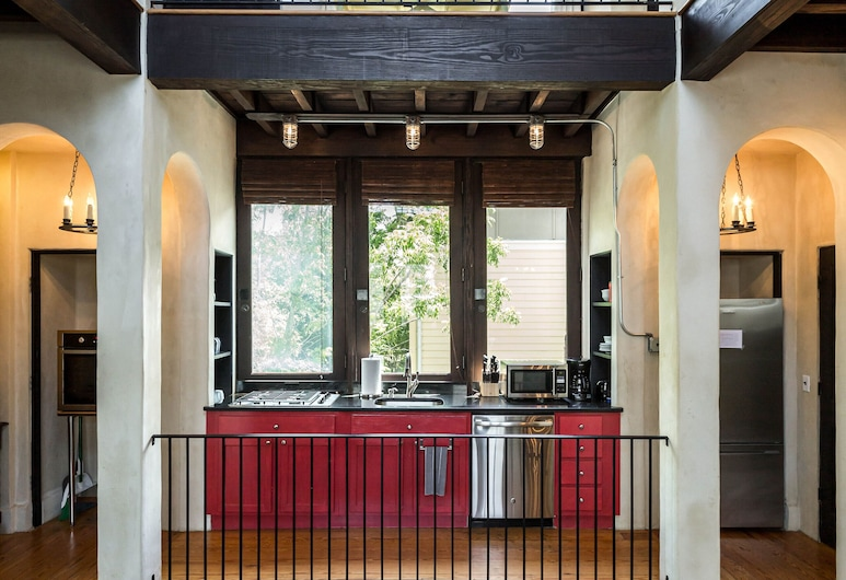 Perfect Location in Downtown Charleston, Charleston, Suite 404, Huone