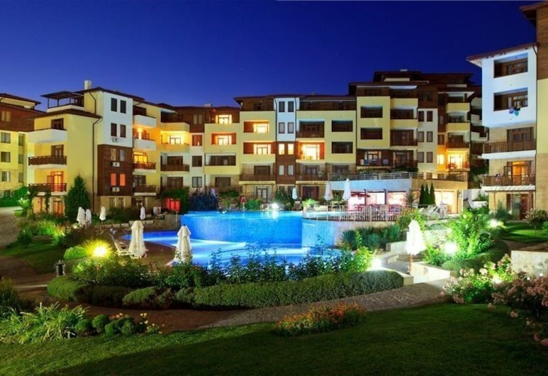Luxury Apartment in Garden of Eden, Sveti Vlas, Voorkant hotel - avond/nacht