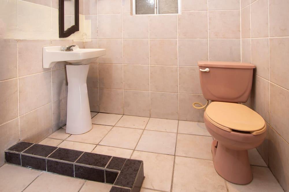 スタンダード ルーム クイーンベッド 2 台 - バスルーム