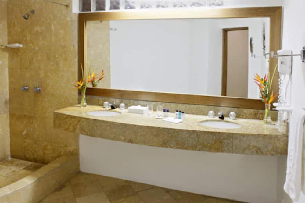 Superior Room, Partial Ocean View - Bathroom