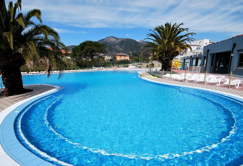 Well-kept Apartment With air Conditioning 1 km. From the sea, Loano, Pool
