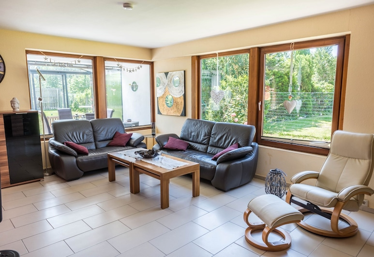 Bright Holiday Home Jäschke With a Garden, Conservatory, Terrace & Wi-fi; Pets Allowed, ブレーマーハーフェン, リビング ルーム