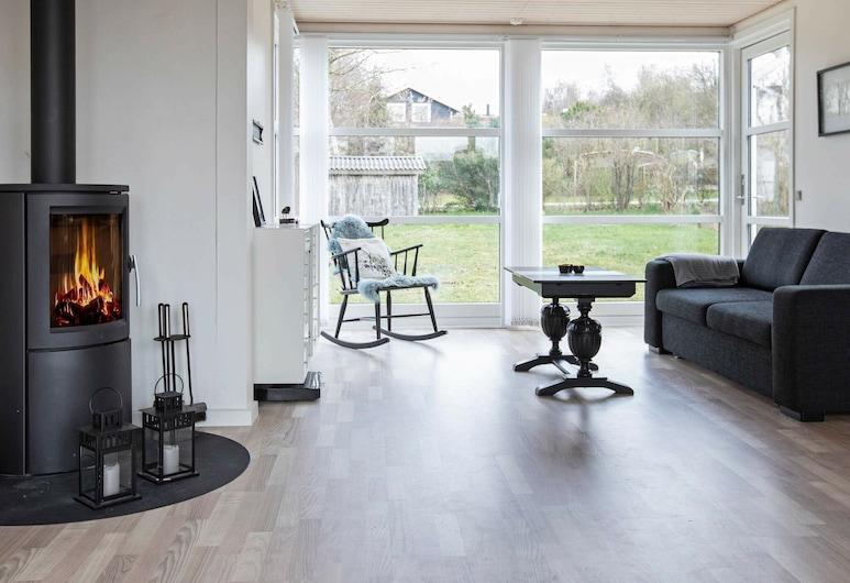Cosy Holiday Home in Hovedstaden Denmark With Garden, Jaegerspris, Sala de estar