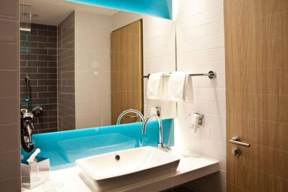 Chambre Standard, 1 grand lit et 1 canapé-lit - Salle de bain