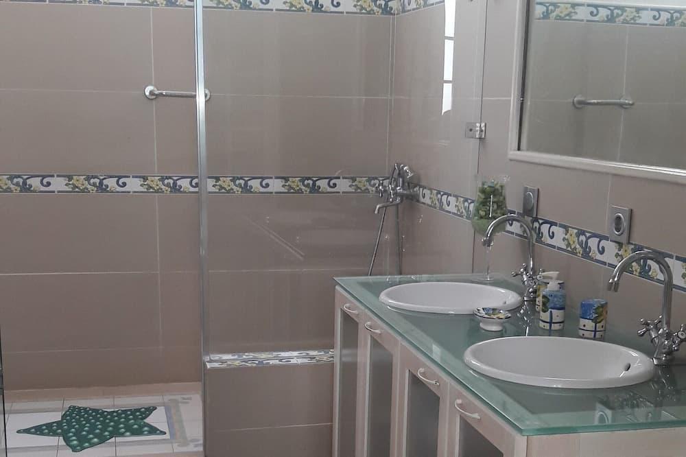 Deluxe Double Room, 1 Queen Bed, Non Smoking, Private Bathroom - Bathroom