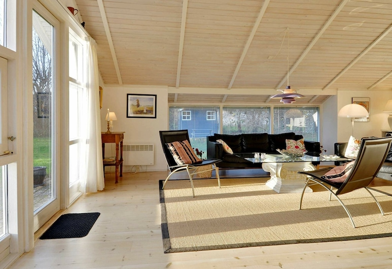 Spacious Holiday Home in Gilleleje Denmark With Terrace, Gilleleje, Elutuba