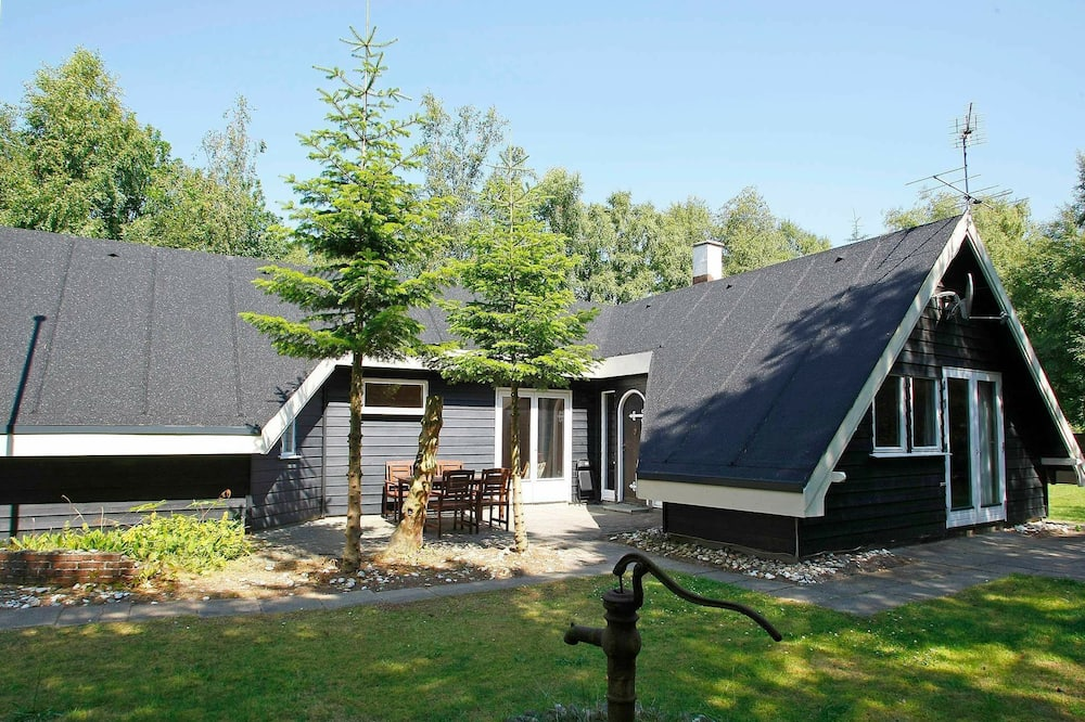 Modern Holiday Home With Indoor Whirlpool at Hals Jutland