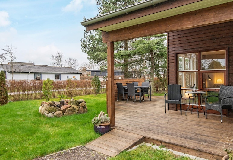 Delightful Holiday Home in Grenå With Terrace, Grenaa, Property Grounds