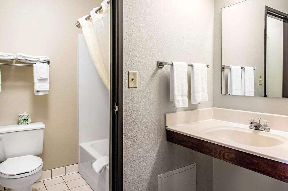 Стандартный номер, 2 двуспальные кровати «Квин-сайз» - Раковина в ванной комнате