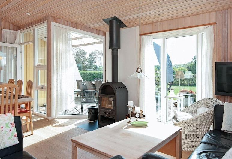 Stunning Holiday Home in Juelsminde With Whirlpool and Sauna, Horsens, Sala de Estar