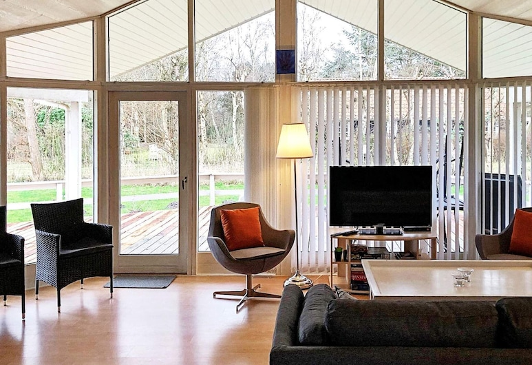 Commodious Holiday Home in Væggerløse With Whirlpool, Vaeggerlose, Stofa