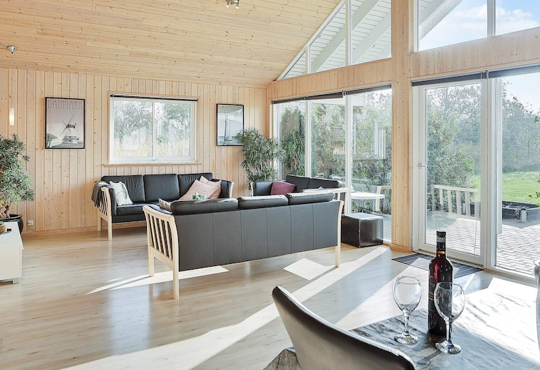 Luxurious Holiday Home With Indoor Pool in Væggerløse, Idestrup, ห้องนั่งเล่น