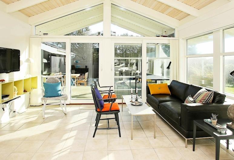 Modern Holiday Home in Lokken Jutland With Terrace, Lokken, Sala de estar