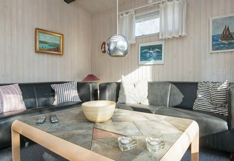 Vintage Holiday Home in Jutland With Indoor Whirlpool, بوركوب, غرفة معيشة