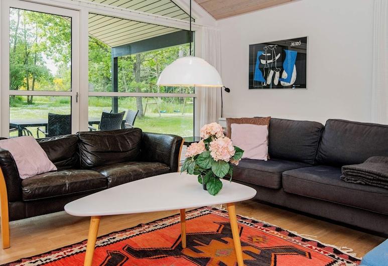 Vibrant Holiday Home in Ebeltoft With Whirlpool, Ebeltoft, Sala de estar