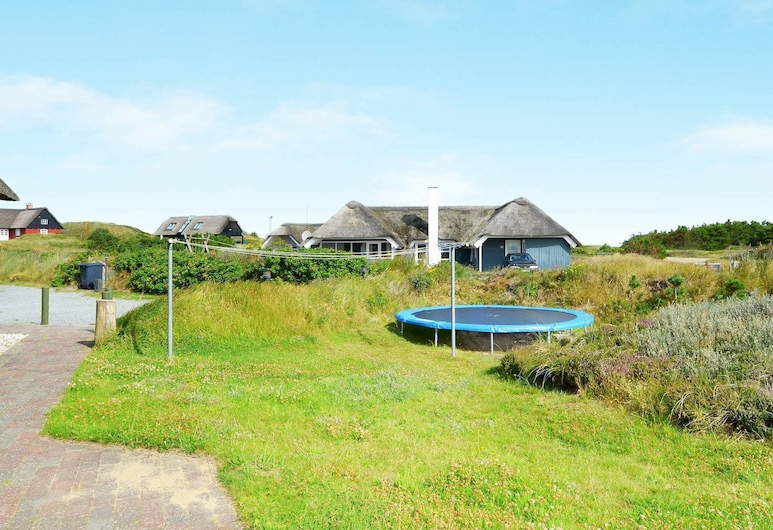 Lovely Holiday Home in Blåvand With Swimming Pool, Blavand, Hotelgelände