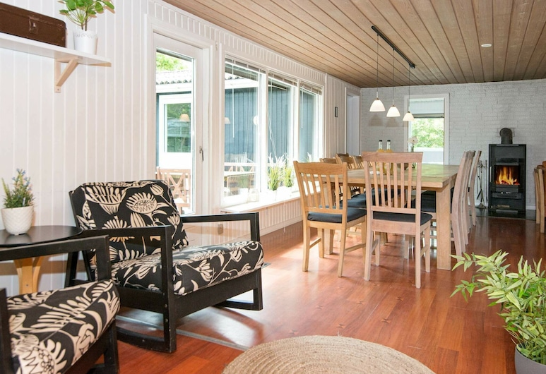 Spacious Holiday Home in Ørsted With Sauna, Ørsted, Nappali