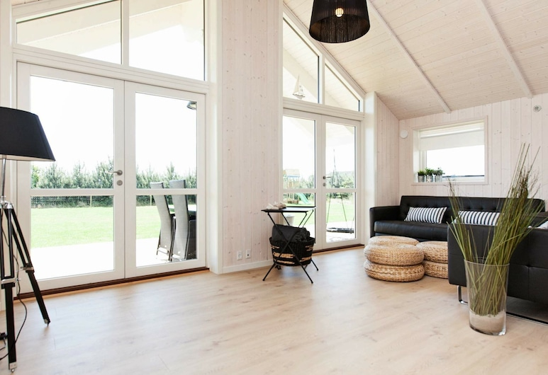 Elegant Holiday Home in Zealand With Whirlpool, Væggerlose, Wohnzimmer