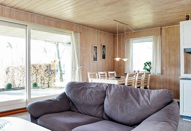 Cozy Holiday Home in Hejls With Terrace, Hejls, Sala de estar