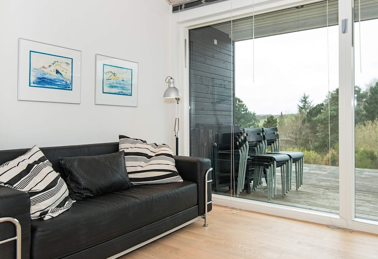 Spacious Holiday Home in Jutland With Terrace, Knebel, Sala de Estar