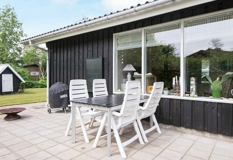 Serene Holiday Home in Grenå Near Sea, Grenaa, Parveke