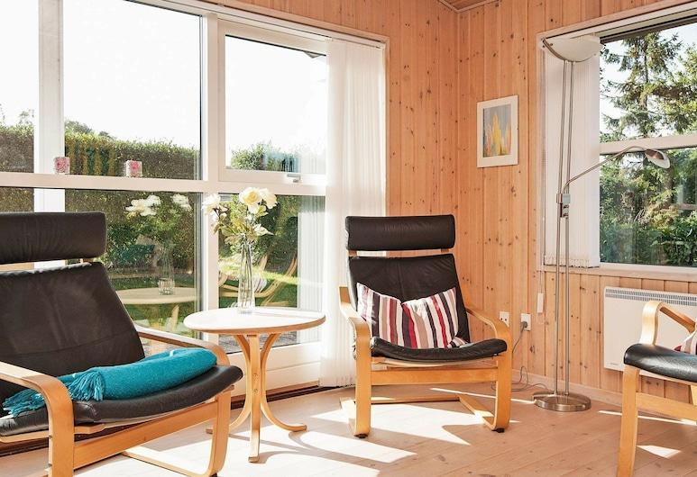 Spacious Holiday Home in Allingåbro With Sauna, Allingåbro, Olohuone