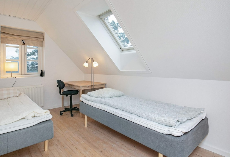 Modern Holiday Home in Frederikshavn With Terrace, Strandby, Zimmer