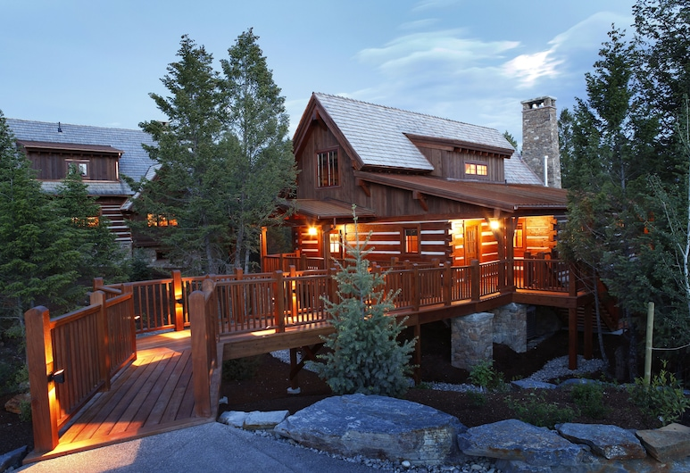 Headwaters at Eagle Ranch Resort, Invermere, Hotel Front