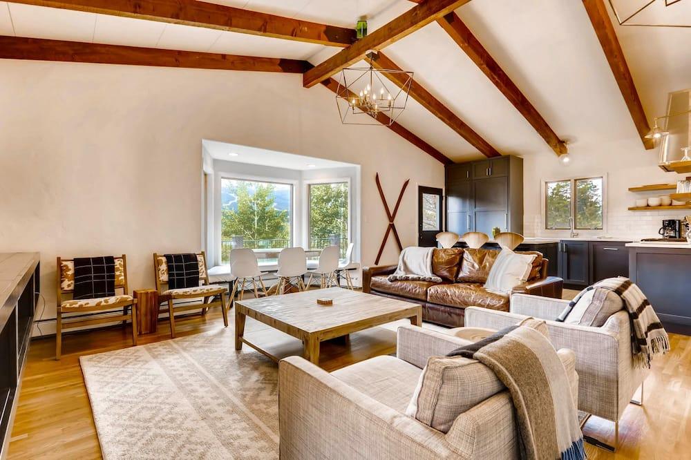 Namas, Kelios lovos, vaizdas į kalnus (Mountain View Chalet) - Svetainė