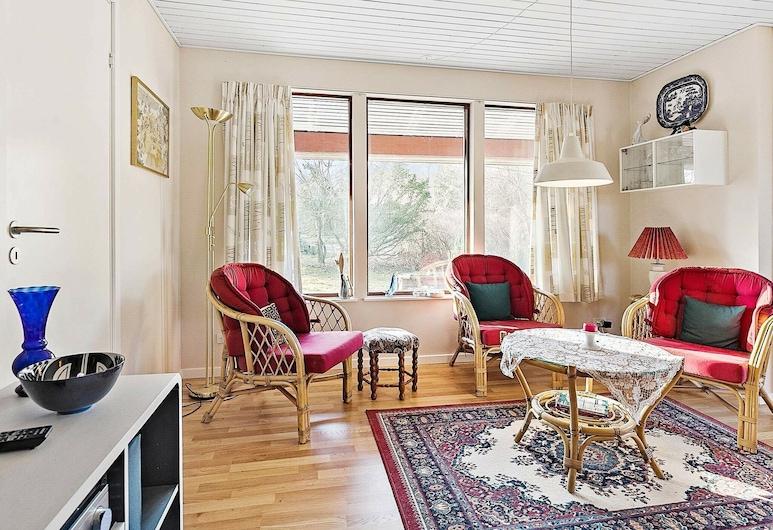 Spacious Holiday Home in Hovedstaden on Beach, Jaegerspris, Sala de Estar
