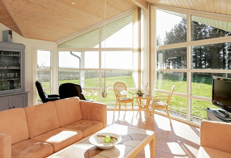 Spacious Holiday Home in Jutland Limfjord With Sauna, Spøttrup, 客廳