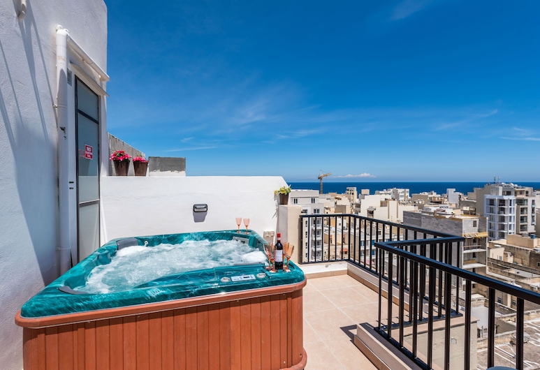 Seashells Seaview Penthouse With Hottub, St. Paul's Bay