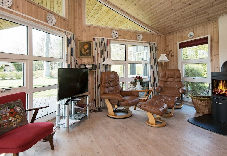 Tranquil Holiday Home in Glesborg With Terrace, Glesborg, Salon