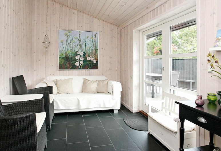 Stunning Holiday Home in Strandby Denmark With Terrace, Strandby, Wohnzimmer